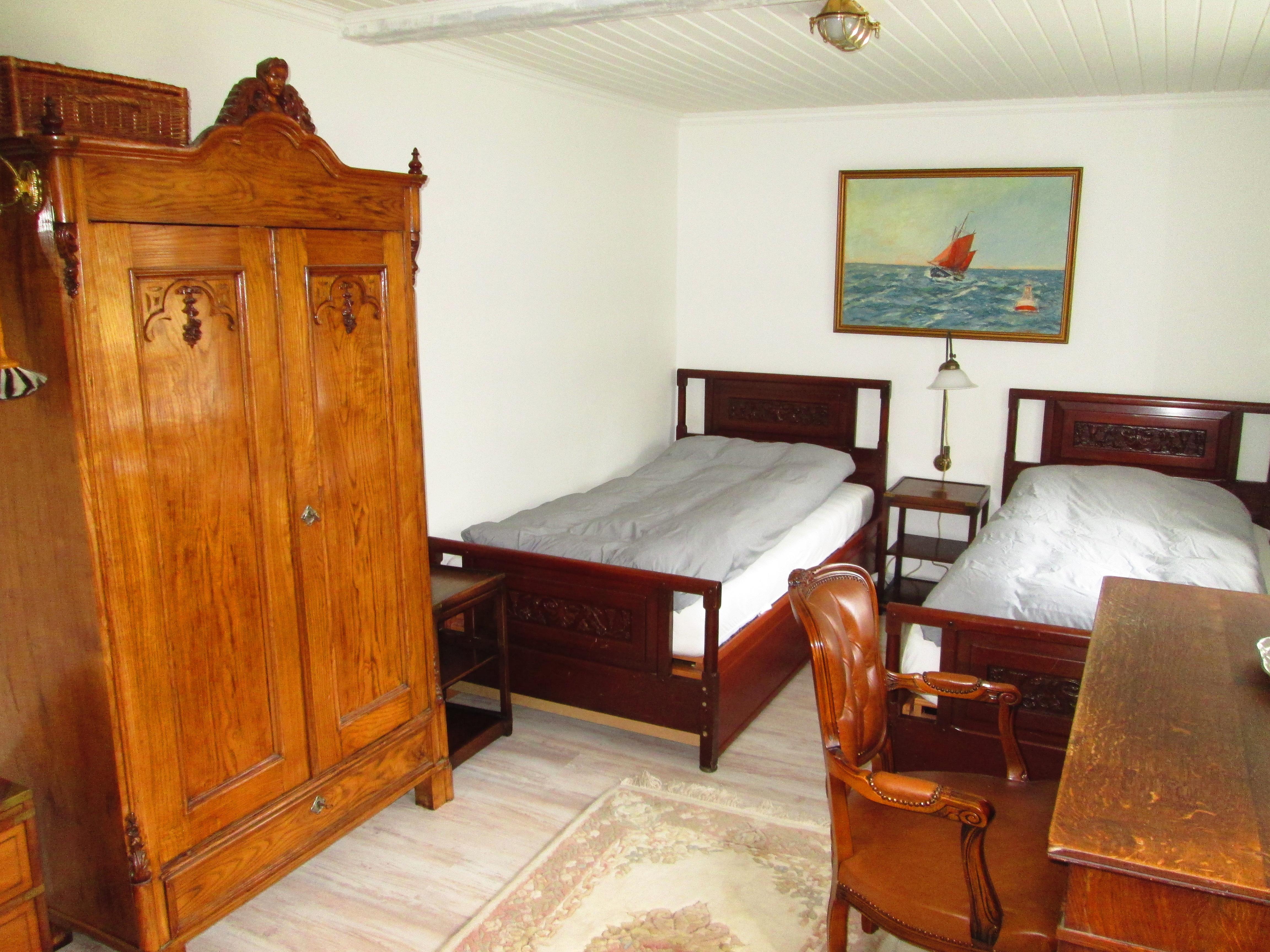 2 bett schlafzimmer no 3 mit schrank und schreibtisch schatzkammer flintbek. Black Bedroom Furniture Sets. Home Design Ideas