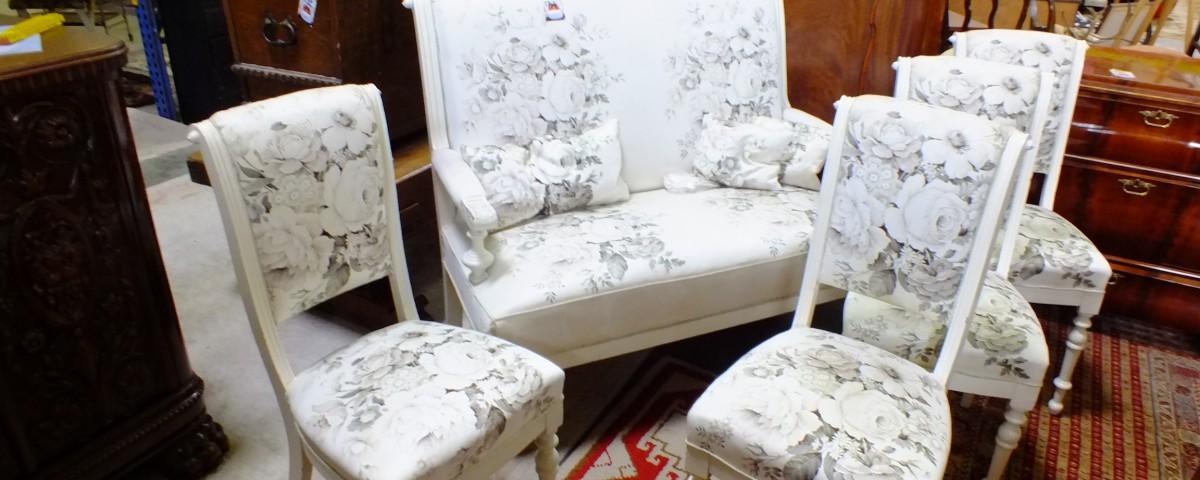 Romantisches Sofa Kolonialstil Möbel Trödel  Porzellan Sammelteller   Sammeltassen
